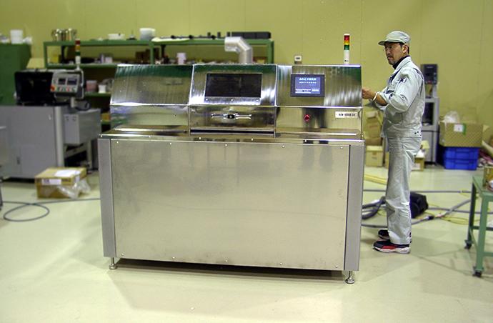 工場で作業中のARV-10000SR